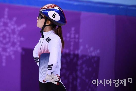 쇼트트랙 국가대표 최민정이 13일 강원도 강릉 아이스아레나에서 열린 2018 평창동계올림픽 여자 500m 결승을 마친 뒤 전광판을 바라보고 있다. 최민정은 2위로 결승선을 통과했지만 실격 판정을 받았다./강릉=김현민 기자 kimhyun81@