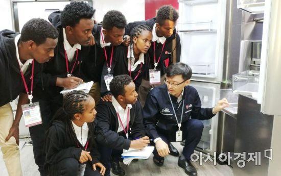 ▲희망학교 학생들이 LG 시그니처 올레드 TV에 대한 설명을 듣고 있다. (제공=LG전자)