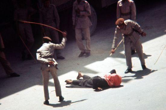 율법을 어기는 시민에게 태형을 가하는 사우디의 종교경찰 모습.(사진=아시아경제DB)