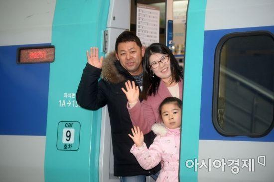 [포토]'귀성열차 타고 고향 앞으로'