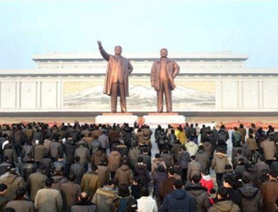 2월16일, 김정일의 생일인 북한의 광명성절을 맞아 평양 만수대에 참배하러 모인 북한주민들 모습. 북한 주민들은 광명성절을 앞둔 발렌타인데이 기간엔 주로 광명성절 기념사업에 동원된다고 한다.(사진=아시아경제DB)