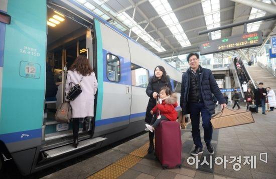 설 연휴를 하루 앞둔 14일 서울역에서 한 가족이 고향으로 가는 열차에 탑승하기 위해 이동하고 있다. /문호남 기자 munonam@