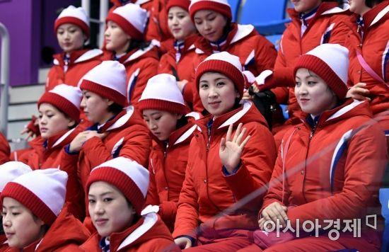 [포토] 손 흔드는 북한 응원단