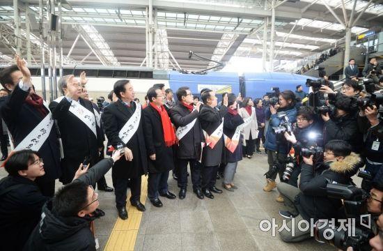 [포토]홍준표 자유한국당 대표 서울역 귀성 인사