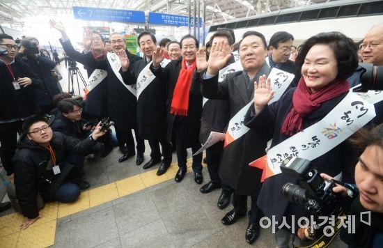 [포토]귀성객들에게 손 흔드는 자유한국당