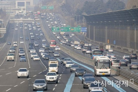 민족 대명절 설날을 이틀 앞둔 14일 경기도 성남시 서울요금소에서 귀성객 차량이 이동하고 있다./성남=강진형 기자aymsdream@