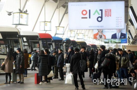 설 연휴를 하루 앞둔 14일 서울 서초구 서울고속버스터미널에서 시민들이 귀성길에 오르고 있다. /문호남 기자 munonam@