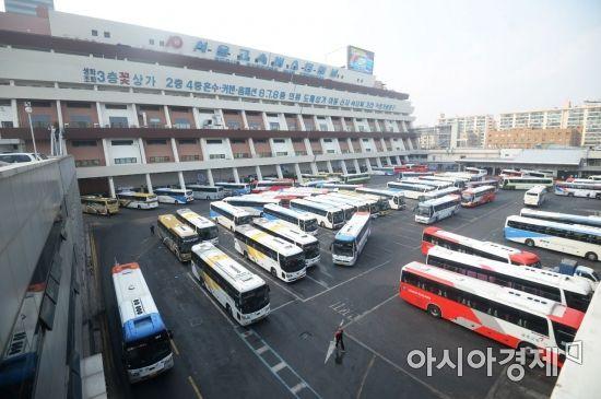 [포토]설날 귀성객 기다리는 고속버스
