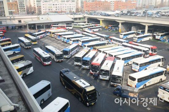 [포토]설 명절 귀성객 기다리는 고속버스