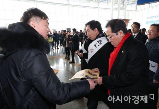 [포토]YTN 노조원이 홍준표 자유한국당 대표에게