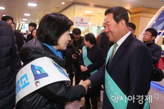 [포토]서울역에서 만난 추미애·박주선
