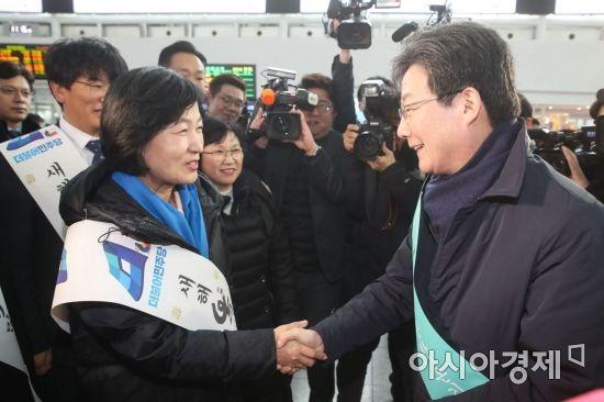 [포토]서울역에서 만난 추미애·유승민