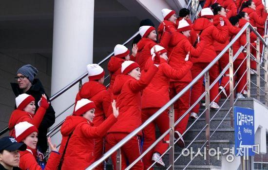 [포토] 손 흔들며 입장하는 북한 응원단