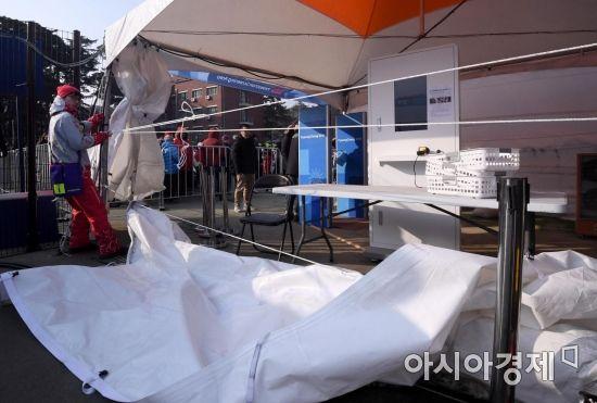 [포토] 강풍에 찢어진 관동하키센터 검색대 천막