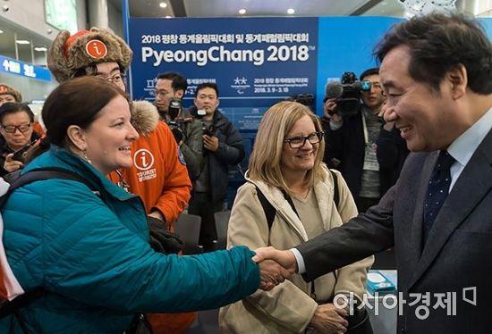 [포토] 평창올림픽 찾은 외국인 관광객 만난 이낙연 총리