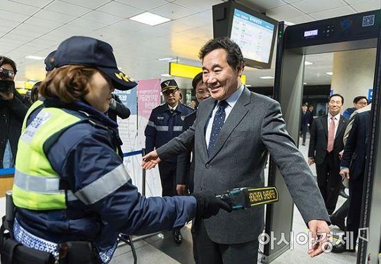 [포토] 보안검색 받는 이낙연 총리
