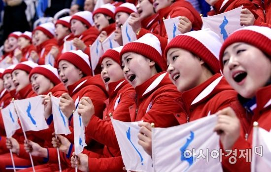 [포토] 응원가 부르는 북한 응원단