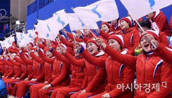 [포토] 북한 응원단, '한반도기 높게 들고'