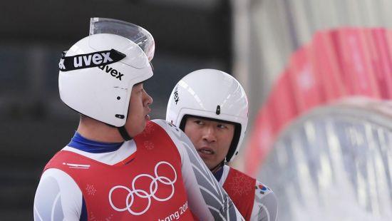 평창올림픽 루지 국가대표 박진용-조정명이 결승선을 통과한 뒤 이야기를 나누고 있다. [이미지출처=연합뉴스]