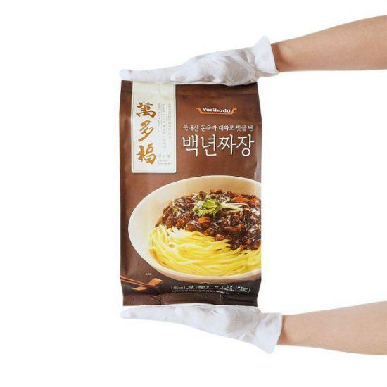 롯데마트의 자체 간편식 브랜드 '요리하다'에서 선보인 '만다복 백년짜장'