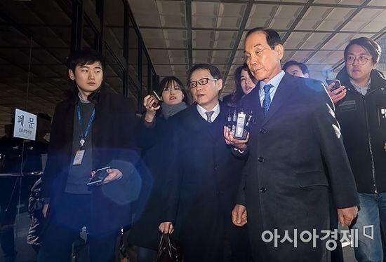 [포토] 검찰 들어서는 이학수 전 삼성 부회장