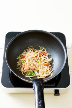 4. 분량의 간장 양념 재료를 섞어 넣고 중간 불에 2~3분 정도 볶는다. 풋고추와 홍고추를 넣고 참기름과 통깨를 뿌린다. (간장 1.5, 물 2, 맛술 0.5, 다진 마늘 0.3, 물엿 1.5)