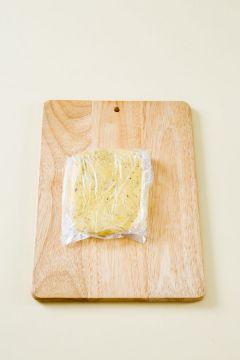 3. 반죽이 한 덩어리가 되면 직사각형 모양으로 납작하게 밀어 비닐봉지에 담아 냉장고에서 10분 정도 휴지시킨다.
