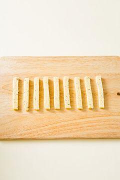 4. 냉장고에서 휴지시킨 반죽을 스틱 모양으로 썬다.
