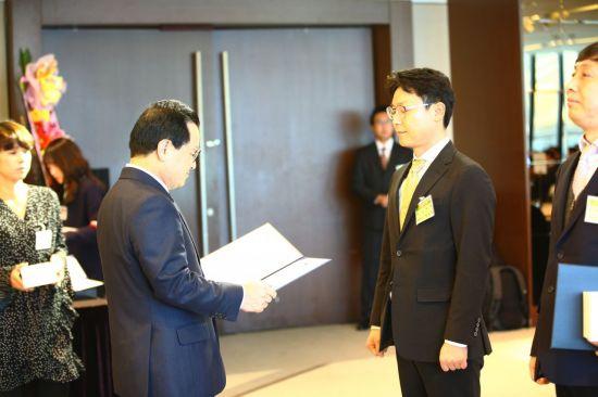 26일 정찬원 씨스존 대표(오른쪽)가 과기정통부 장관상을 수상하고 있다.