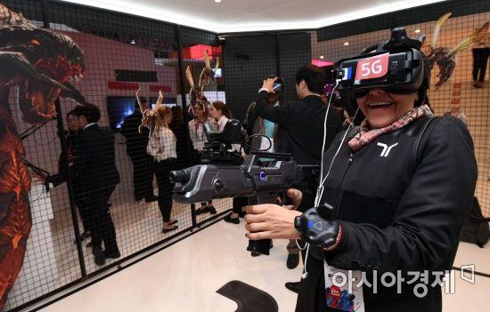 KT의 '스페셜포스 VR : 유니버셜 워'를 체험하는 관람객