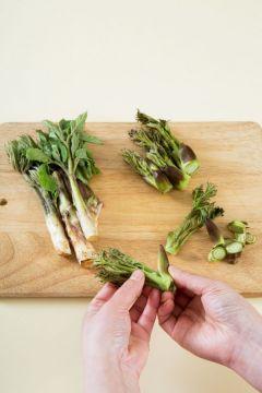 1. 두릅은 뿌리 쪽의 단단한 부분을 칼로 잘라내고 겉껍집을 벗겨낸다.