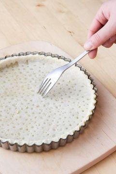 3. 파이 반죽을 밀대로 밀어 편 다음 파이 틀에 담아 크기에 맞게 자르고, 파이 생지를 포크로 촘촘히 찍는다.