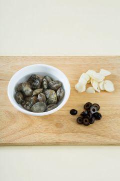 1. 바지락은 옅은 소금물에 10분 정도 담가 해감한다. 마늘과 올리브는 편으로 썬다.