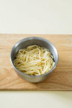 2. 끓는 물에 소금을 넉넉히 넣고 페투치니를 넣어 8분 정도 삶아서 건진다.  (tip 파스타는 건져서 찬물에 헹구지 말고 페투치니 삶은 물을 버리지 말고 따로 둔다.)