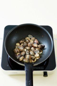 4. 마늘향이 나면 바지락을 넣고 2분 정도 볶다가 화이트 와인을 넣어 조개 입이 벌어지도록 2~3분 정도 더 볶는다.