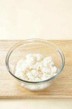 1. 따끈한 밥에 소금과 참기름을 넣어 섞는다.