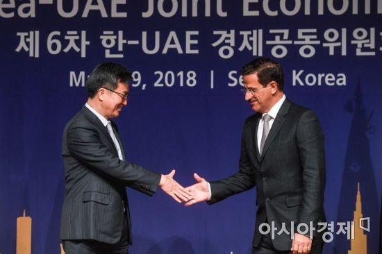 [포토] 손 맞잡는 김동연 경제부총리-만수리 UAE 경제부장관