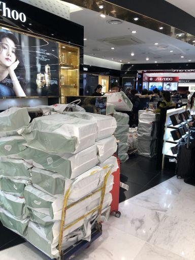 면세점에 방문하는 따이공들이 주로 찾는 인기 화장품 매장에서 박스 째로 제품을 쌓아놓고 판매하고 있다.