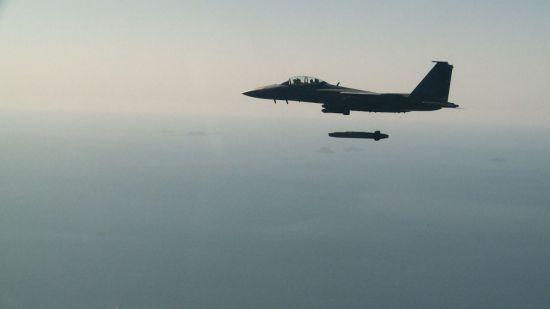 지난해 9월 12일 장거리 공대지 유도미사일 '타우러스'의 첫 실사격에 나선 공군 F-15K 전투기가 타우러스를 발사하고 있다(사진=공군제공?연합뉴스).