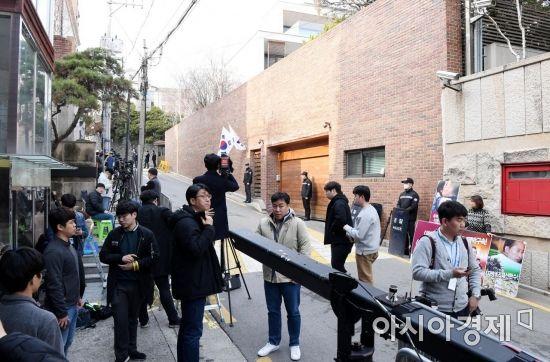 [포토] MB 자택 앞으로 모여든 취재진