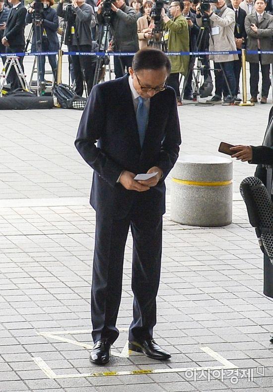 100억원대 뇌물 수수 등 혐의를 받고 있는 이명박 전 대통령이 14일 서울 서초구 서울중앙지검에 마련된 포토라인에서 대국민 메시지를 발표한 뒤 인사하고 있다./강진형 기자aymsdream@