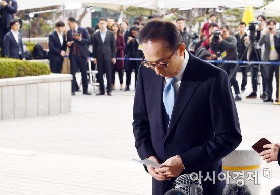 [포토]고개 숙여 검찰 출석하는 MB