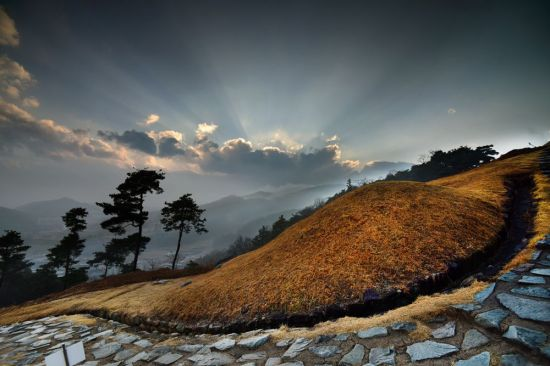 고령은 1500여년전 수준 높은 문화와 찬란한 철의 문명을 꽃피웠던 대가야의 흔적을 찾아가는 시간여행지다. 주산에 오르면 가야인들의 무덤인 고분군들을 만난다.