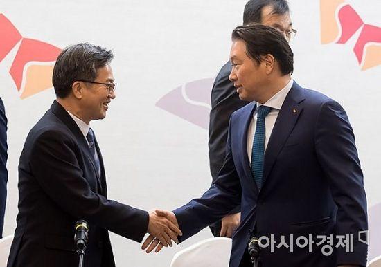 [포토] 인사 나누는 김동연 부총리-최태원 회장