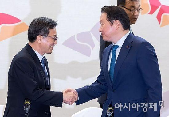[포토] 반갑게 인사 나누는 김동연-최태원