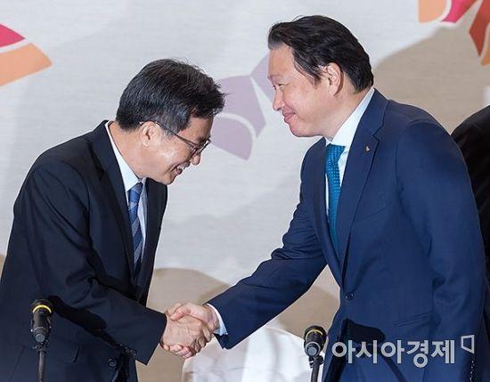 [포토] 인사 나누는 김동연 부총리와 최태원 회장