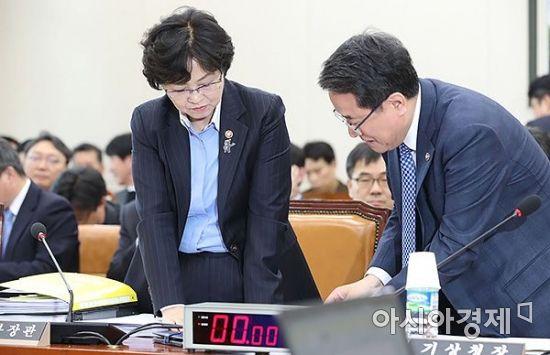 [포토] 이야기 나누는 김은경 장관-남재철 기상청장