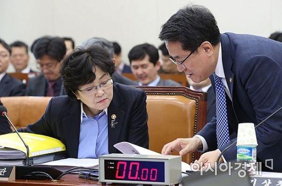 [포토] 이야기 나누는 김은경 장관-남재철 청장