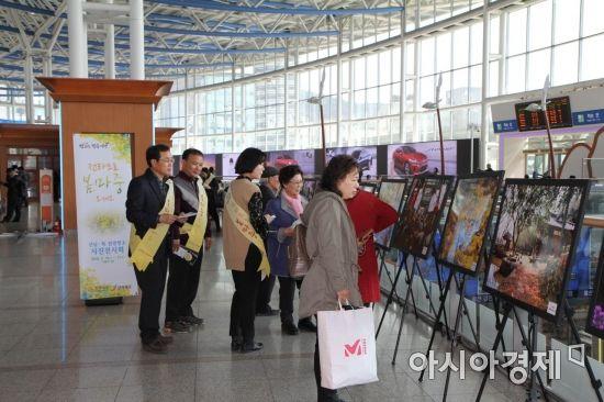 서울역 3층 대합실에 운영중인 '움직이는 남도 갤러리' (사진=전라남도 제공)