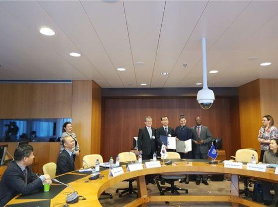 (좌측부터) 최경림 주제네바 대사, 김대환 고용노동부 국제협력관, 키옐가르드 ILO 개발협력국장, 무사 우마루 ILO 사무차장     - 한-ILO 협력사업 LoA 체결 후, 기념촬영을 하고 있다.